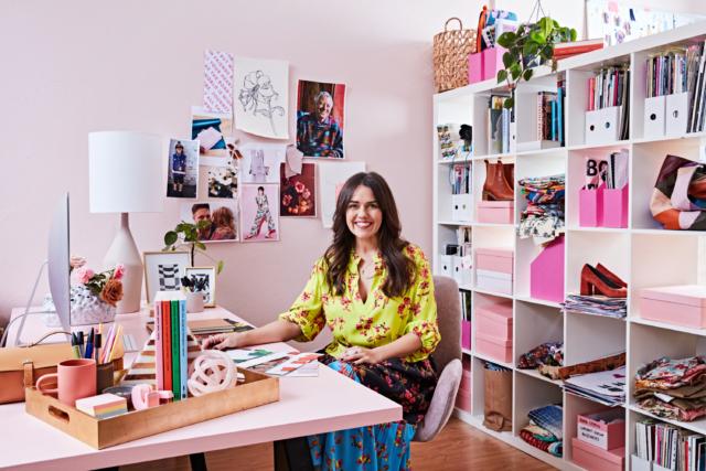 : Kylie Zerbst, người sáng lập và giám đốc sáng tạo của Obus, tại bàn mới của cô